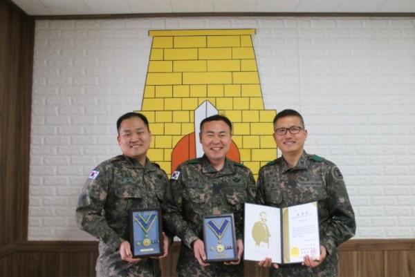 [크기변환]11-1.2공병여단 간부 3명 헌혈 100회 헌혈증 기증 (2).jpg