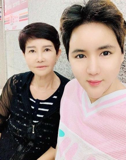 [크기변환]가수 신성훈 '母갑상선 암투병 고백' ... 옆에 계실 때 효도 합시다' 심격 전해.jpg