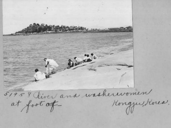 [크기변환]사진5. 금강에서 빨래하는 여인.jpg
